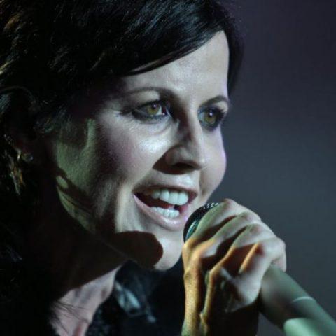Motivo de morte da vocalista do The Cranberries ainda não foi confirmado