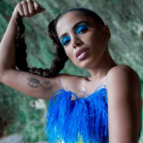 "Anitta libera prévia de ""Veneno"" e ""Medicina"""