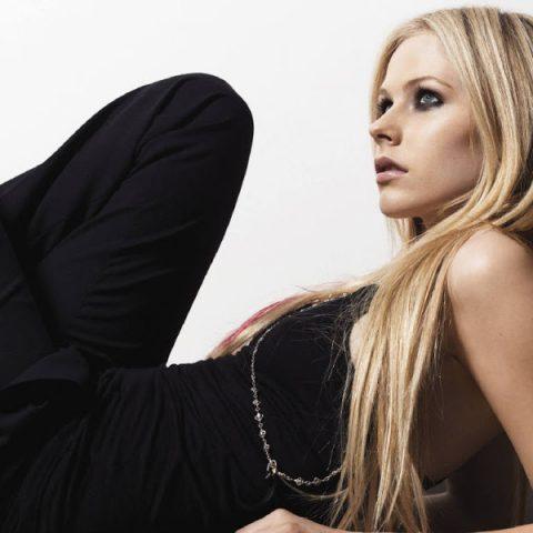Avril Lavigne lança esperado álbum, depois de grande hiato na carreira
