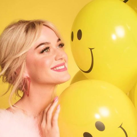"Katy Perry divulga tracklist do álbum ""Smile"""