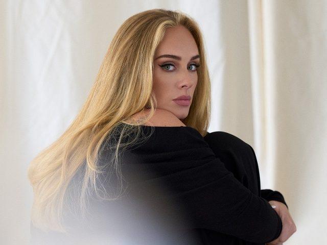 """Adele lança aguardada """"Easy On Me"""" e marca seu retorno à cena musical"""